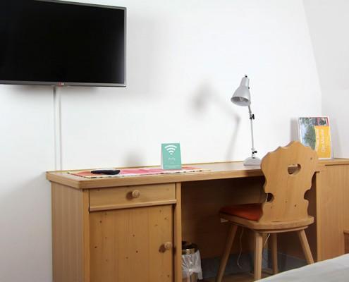 Pension Bad Windsheim, Gashof Zum goldenen Hirschen, Zimmer Marille, TV