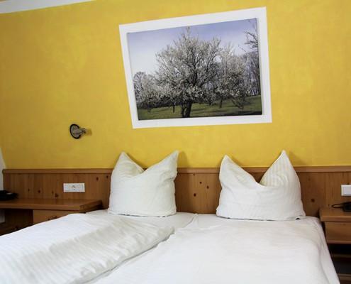 Pension Bad Windsheim, Gashof Zum goldenen Hirschen, Zimmer Marille, Bett